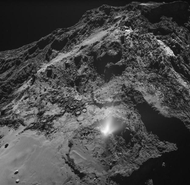Fontanna pyłu w obiektywie Rosetty /ESA/Rosetta/MPS for OSIRIS Team MPS/UPD/LAM/IAA/SSO/INTA/UPM/DASP/IDA /Materiały prasowe