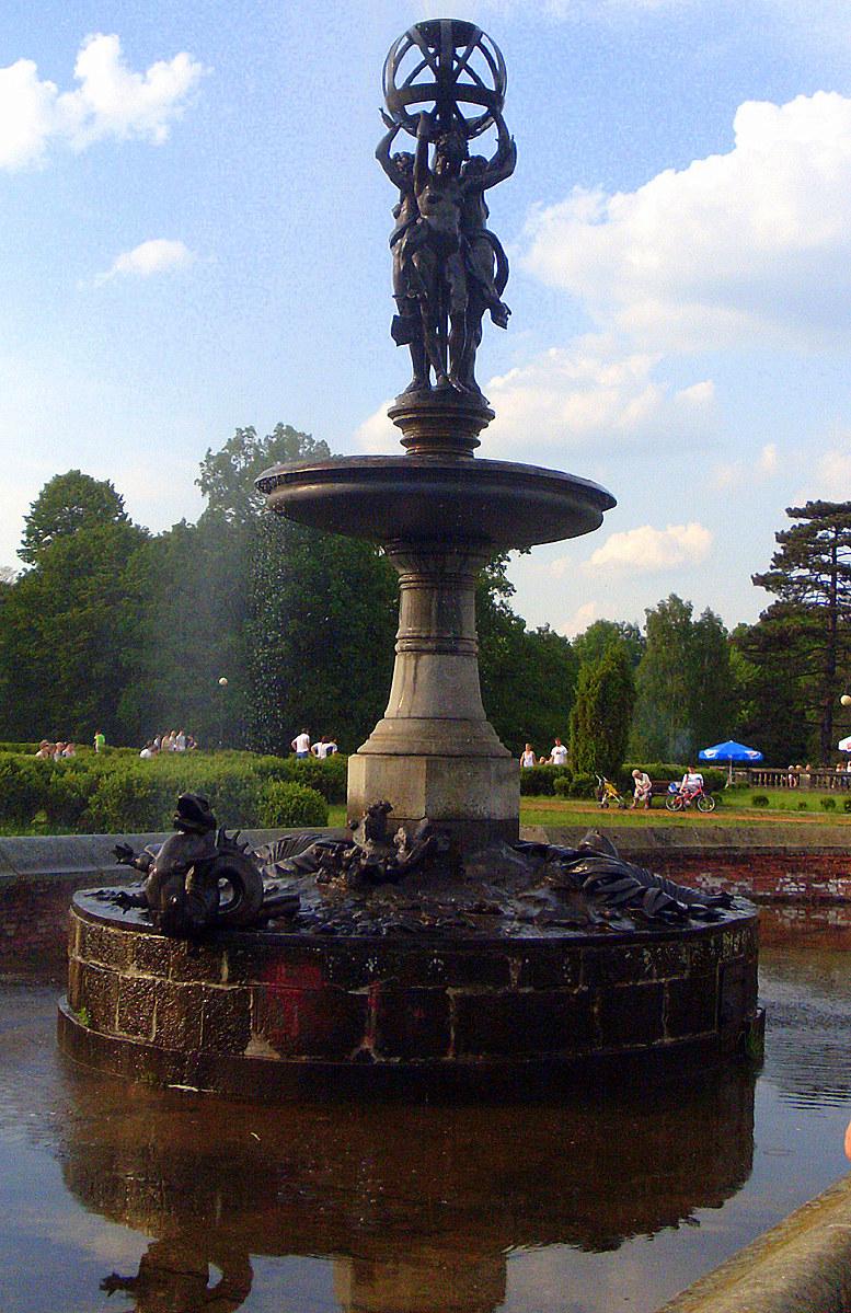 Fontanna usytuowana pośrodku głównego basenu. Dzieło Fremieta wzorowane na fontannie paryskiego obserwatorium. Przedstawia trzy Gracje podtrzymujące sferę. Fot. Autor /