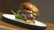 Food truckowy hit! Burger wołowy ze szpinakiem, serem gorgonzola i majonezem musztardowym