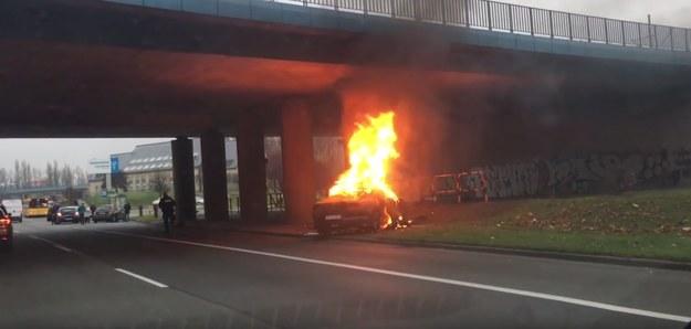 Ford Mustang uderzył w filar i spłonął /YouTube /