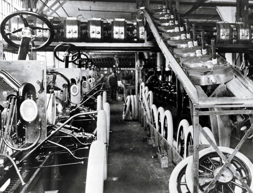 Fordy Model T na taśmie montażowej /