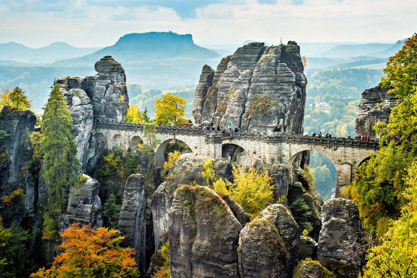 """Formacja skalna Bastei to jedna z największych atrakcji turystycznych Parku Narodowego Saskiej Szwajcarii. Czy przypomina """"polską Szwajcarię""""? /123RF/PICSEL"""