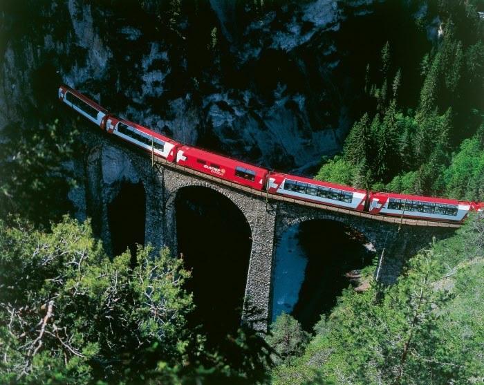 Fot. 1 Ekspres Lodowcowy. Copyright by Rhaetische Bahn By-line: swiss-image.ch/Christof Sonderegger /materiały promocyjne