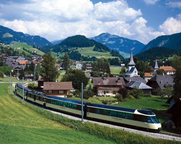 Fot. 3 Cristal Panoramic Express z  w pobliżu Rougemont Copyright by Switzerland Tourism By-line STswiss-image.ch /materiały promocyjne