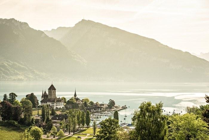 Fot. 3 Jezioro Thun i widok na zamek Spiez. Copyright by: Switzerland Tourism - By-Line: swiss-image.ch/Ivo Scholz /materiały promocyjne