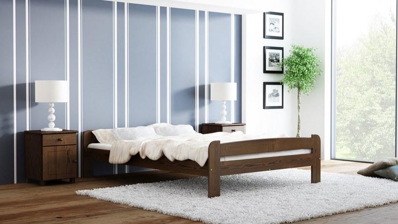 Fot. Meble Magnat - łóżko Ania w kolorze orzecha /materiały prasowe