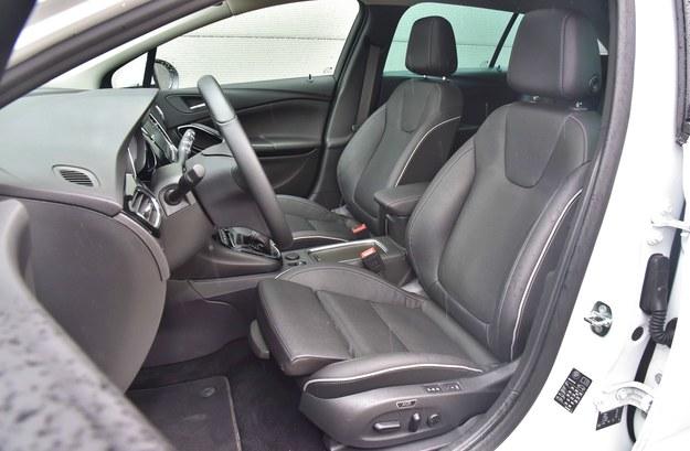 Fotele z regulacją długości siedziska, szerokości oparcia i masażem są świetne. Wymaga ją dopłaty 1900 zł. /Motor