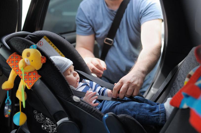Fotelik samochodowy powinien być dostosowany do wieku, masy i wzrostu dziecka /123RF/PICSEL