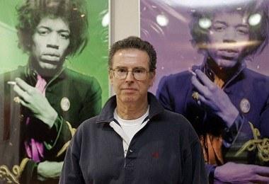 Fotograf Gered Mankowitz, w tle jego zdjęcia Jimi'ego Hendriksa /AFP