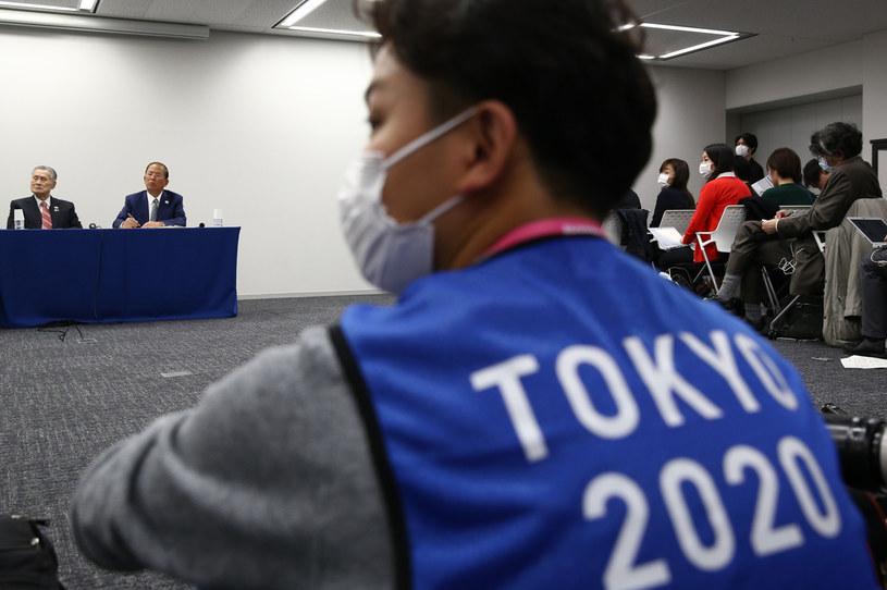 Fotograf w specjalnym znaczniku podczas konferencji prezydenta komitetu organizacyjnego igrzysk olimpijskich w Tokio Yoshiro Moriego. /BEHROUZ MEHRI /AFP
