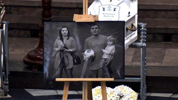 Fotografia Brygidy, Dariusza i Remigiusza Kmiecików postawiona przed ich trumnami - fot.J.Bednarczyk /PAP