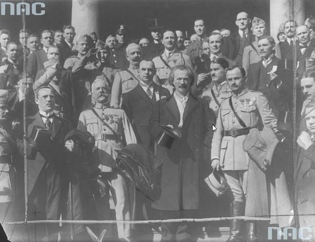 Fotografia grupowa uczestników misji generała Józefa Hallera w Nowym Jorku w 1918 roku. Widoczni w pierwszym rzędzie m.in.: generał Haller (1. z prawej) i Ignacy Jan Paderewski (w ubraniu cywilnym) /Z archiwum Narodowego Archiwum Cyfrowego