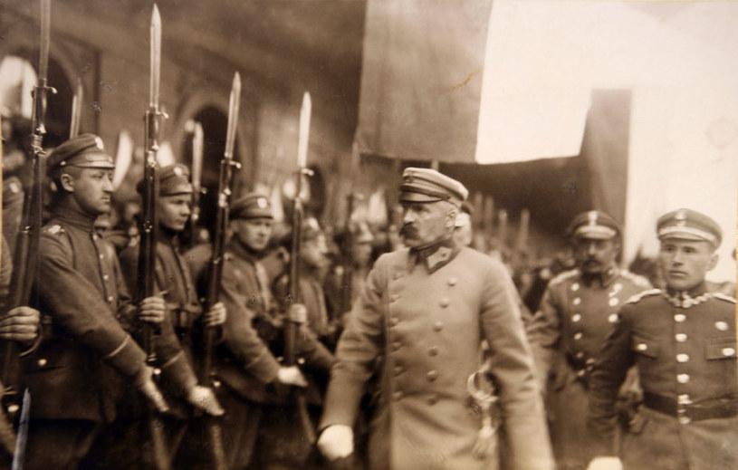 Fotografia Józefa Piłsudskiego podczas zaprzysiężenia Wojska Polskiego, listopad 1918 . Zdjęcie za zbiorów Muzeum Wojska w Białymstoku /reprodukcja Piotr Mecik /Agencja FORUM