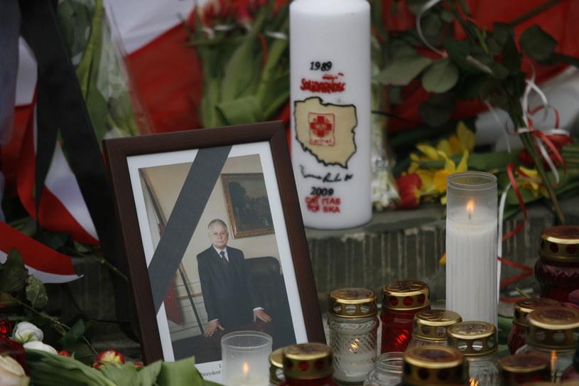 Fotografia prezydenta Lecha Kaczyńskiego przed Pałacem Prezydenckim; Zdjęcie z dnia 10 kwietnia 2010 roku /Fot. JERZY DUDEK  /Agencja FORUM