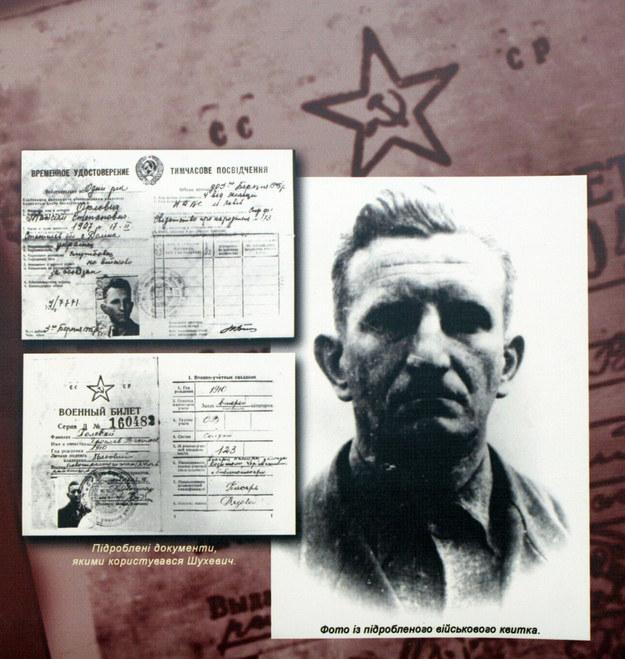 Fotografia Romana Szuchewycza i sfałszowane dokumenty, których używał niesławny dowódca UPA /Vladimir Sindeyev /PAP/ITAR-TASS