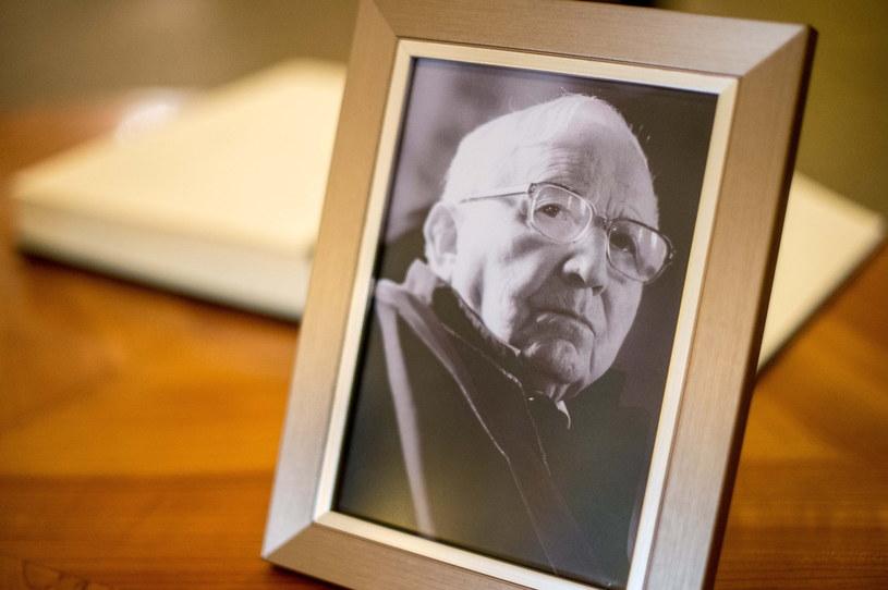 Fotografia Tadeusza Różewicza przy księdze kondolencyjnej /Maciej Kulczyński /PAP