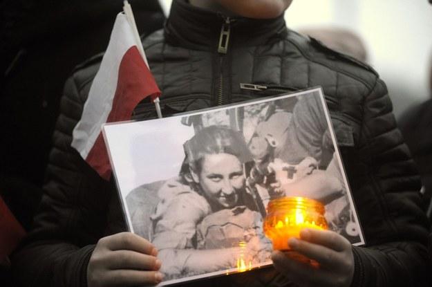 """Fotografia z akcji """"przyjdź i zapal znicz polskim bohaterom"""" /Wojciech Stróżyk /Reporter"""