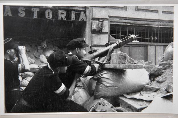 Fotografia z archiwum Henryka Śmigacza z okresu Powstania Warszawskiego, zaprezentowana w IPN /Radek Pietruszka /PAP