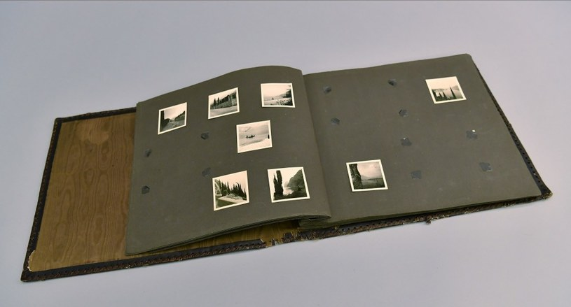 Fotografie w albumie  (fot. Marek Lach) /Muzeum Auschwitz /