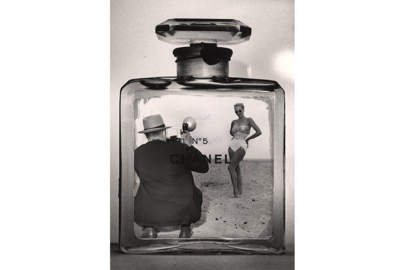 Fotomontaż: amerykański fotograf Weegee (1899–1968) robi zdjęcie kobiecie w kostiumie kąpielowym wewnątrz butelki perfum Chanel Nᵒ5, poźne lata pięćdziesiąte /Getty Images