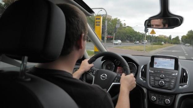 Fotoradar może kontrolować nie tylko prędkość, ale także to, czy kierowcy respektują sygnalizację świetlną. /Motor