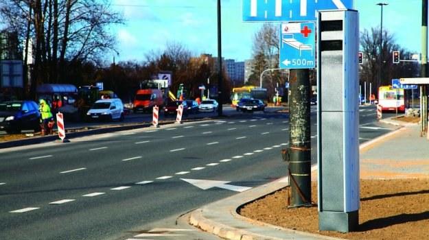 Fotoradar rejestrujący przejazdy na czerwonym świetle na jednym z warszawskich skrzyżowań. /Motor