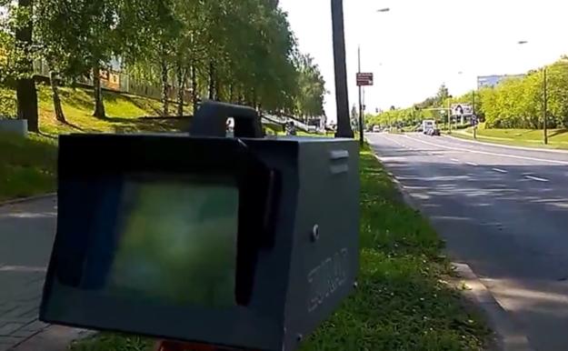 Fotoradar ustawiony był pod prawidłowym kątem 22 stopni, ale nie względem osi jezdni, a... przydrożnych drzew! /