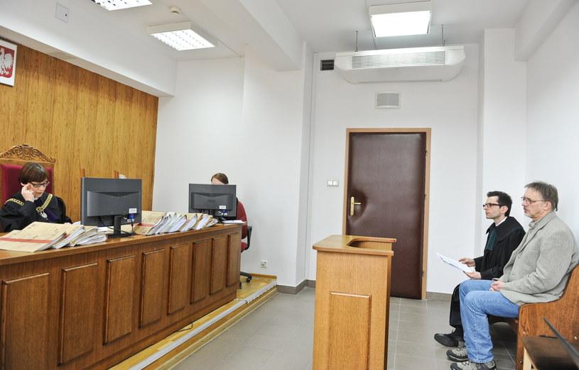 Fotoreporter PAP Tomasz Gzell i jego adwokat mec. Piotr Witaszek oraz sędzia Małgorzata Drewin /Marcin Obara /PAP