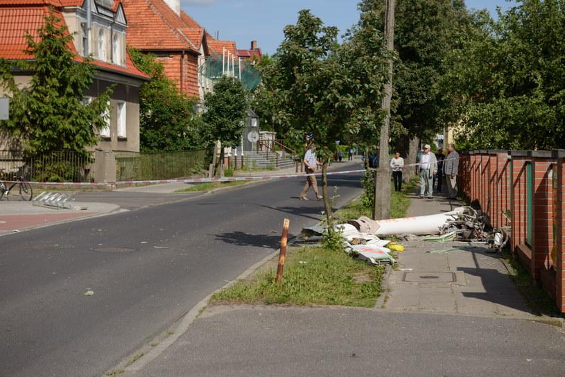 Fragment jednej z maszyn na miejscu upadku dwóch szybowców, które zderzyły się w locie nad Piłą /Jakub Kaczmarczyk /PAP