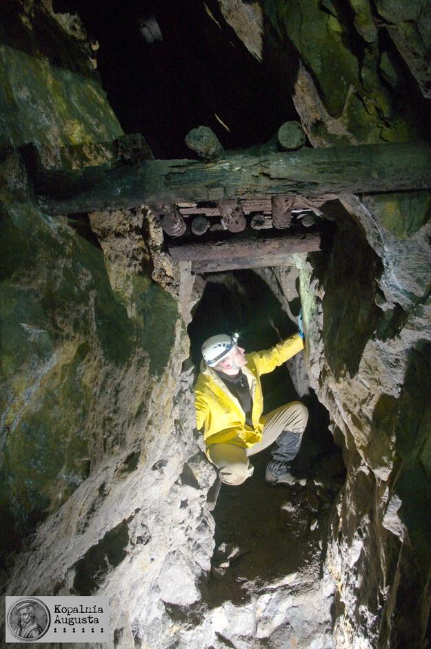 Fragment najstarszej części kopalni z widocznym oryginalnym drewnianym podestem. Fot. D. Wójcik, K. Krzyżanowski /