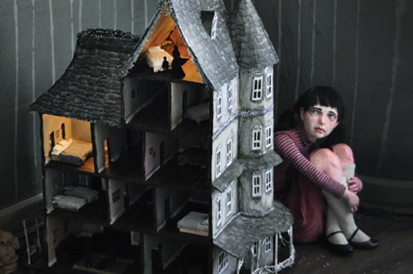 """Fragment okładki albumu """"Rodzina z domku dla lalek"""" /materiały prasowe"""