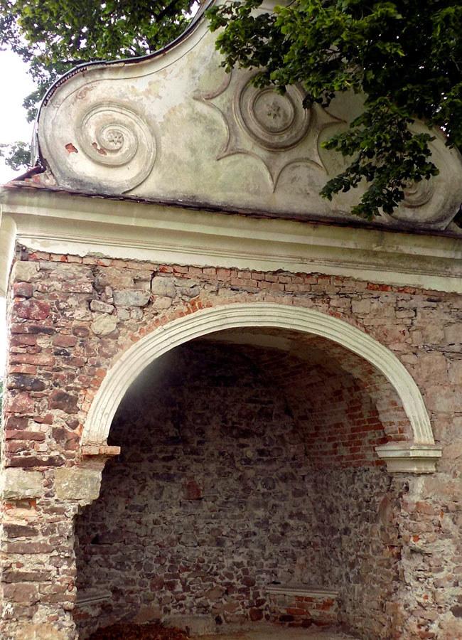 Fragment opustoszałej barokowej kapliczki /Dariusz Pietrucha /Odkrywca