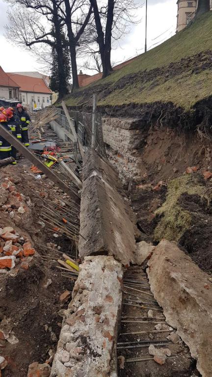 Fragment osuniętej ziemi na Wawelu /Marek Wiosło /RMF FM