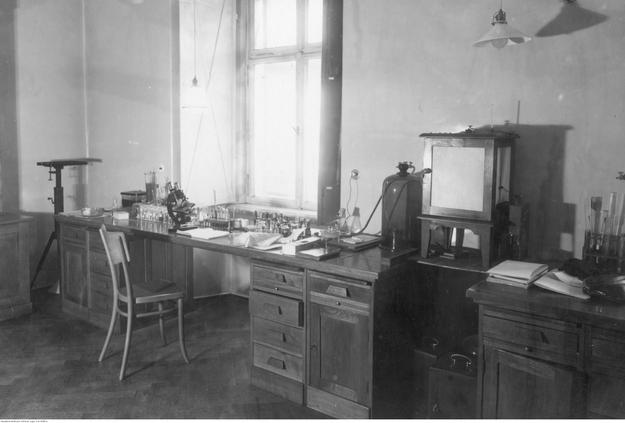 Fragment pracowni badań nad durem plamistym profesora Rudolfa Weigla /Z archiwum Narodowego Archiwum Cyfrowego