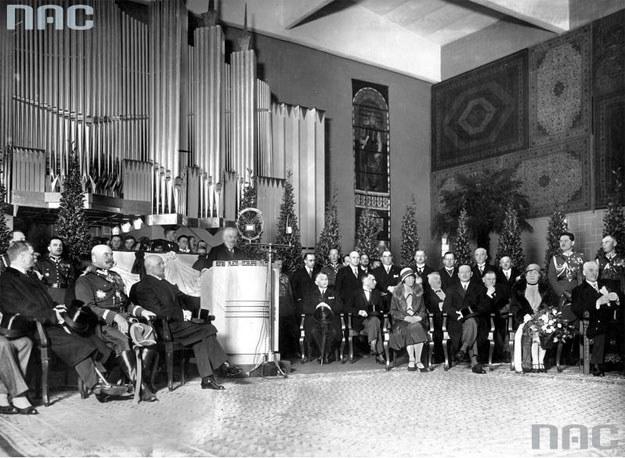 Fragment uroczystości otwarcia wystawy. Widoczny m.in.: prezydent Ignacy Mościcki (siedzi pierwszy z prawej) /Z archiwum Narodowego Archiwum Cyfrowego