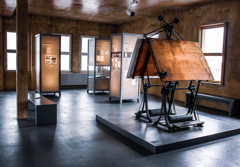 Fragment wystawy stałej w Miejscu Pamięci. Stoły kreślarskie, na których projektowano krematoria. Z okna tego pomieszczenia można było obserwować tereny KL Buchenwald. Fot. RundR-Freelancer /Deutsche Welle