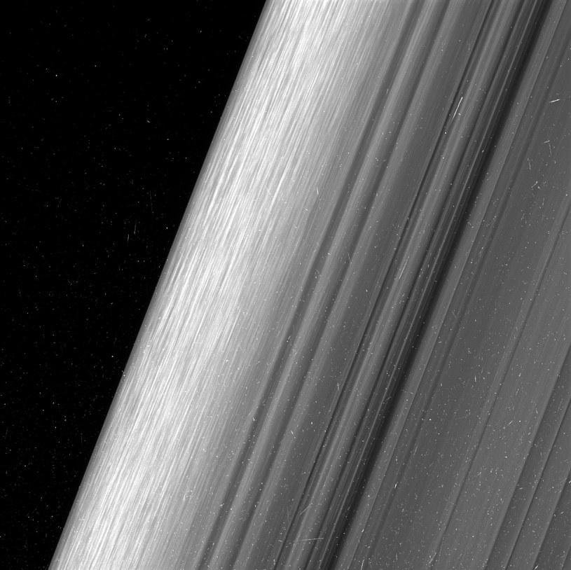 Fragment zewnętrznego pierścienia B, widziany z dwukrotnie wiekszą rozdzielczością, niż kiedykolwiek /NASA