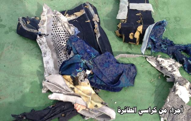 Fragmenty fotela z airbusa linii EgyptAir. Zdjęcie opublikowane przez egipski resort obrony /EGYPTIAN DEFENCE MINISTRY/HANDOUT /PAP/EPA