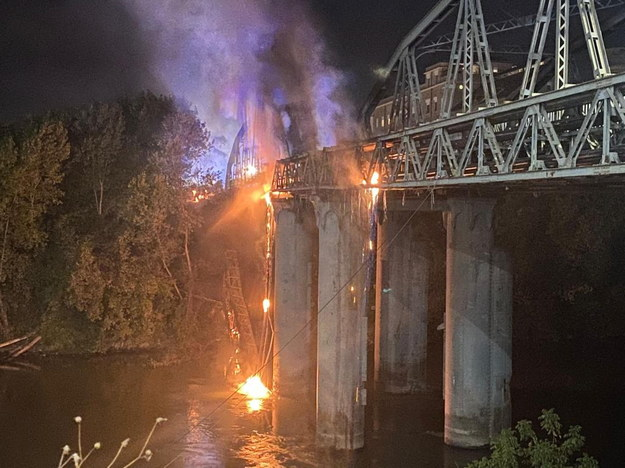 Fragmenty mostu wpadały do rzeki. /GIULIA MARRAZZO /PAP/EPA