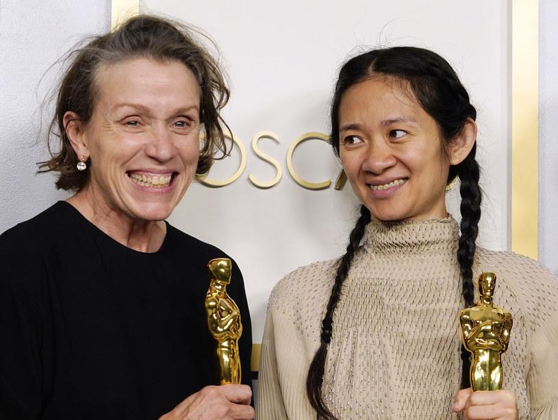 Frances McDormand i Chloe Zhao podczas ceremonii Oscarów w 2021 roku /Pool /Getty Images