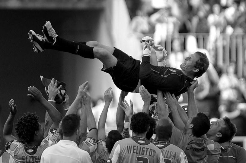 Francesc Arnau na ramionach kolegów z Malagi, gdy kończył karierę piłkarza /JORGE GUERRERO /AFP