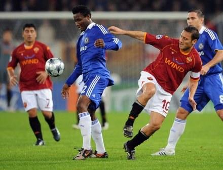 Francesco Totti i John Obi Mikel /AFP