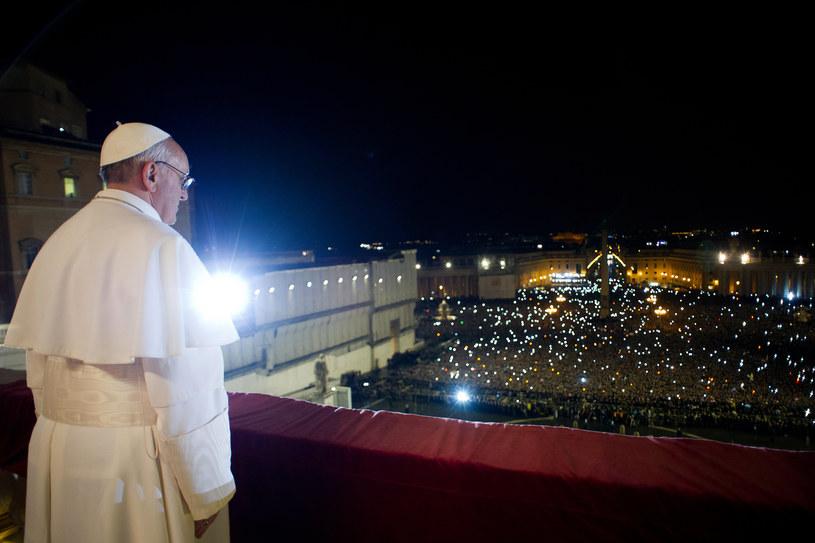 Franciszek 1 w oknie na placu św. Piotra. Watykan, 13 marca 2013 /OSSERVATORE ROMANO  /AFP