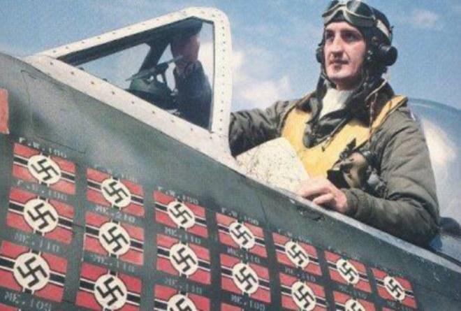 """Franciszek """"Gabby"""" Gabryszewski w kabinie P-47D. Na kadłubie oznaczenie zestrzeleń /INTERIA.PL"""
