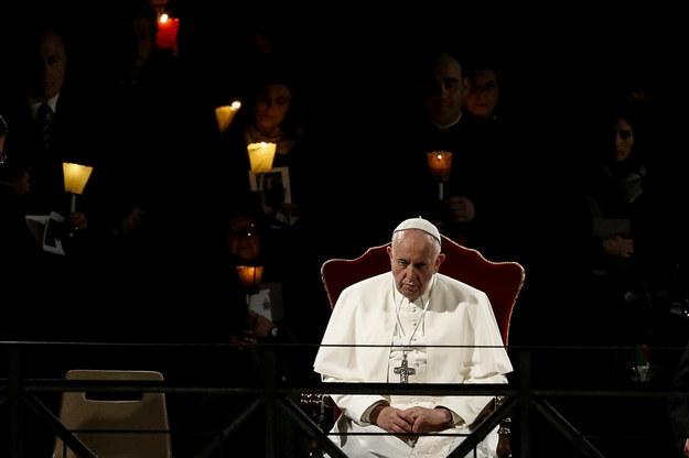 """Franciszek modlił się za tych, którzy nie znajdują pocieszenia w wierze, za ludzi starszych, uginających się """"pod ciężarem lat i samotności"""" /Fabio Frustaci /PAP/EPA"""