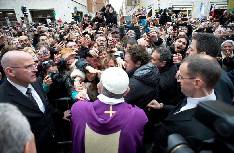 Franciszek podczas spotkania z wiernymi po mszy w kościele św. Anny /PAP/EPA