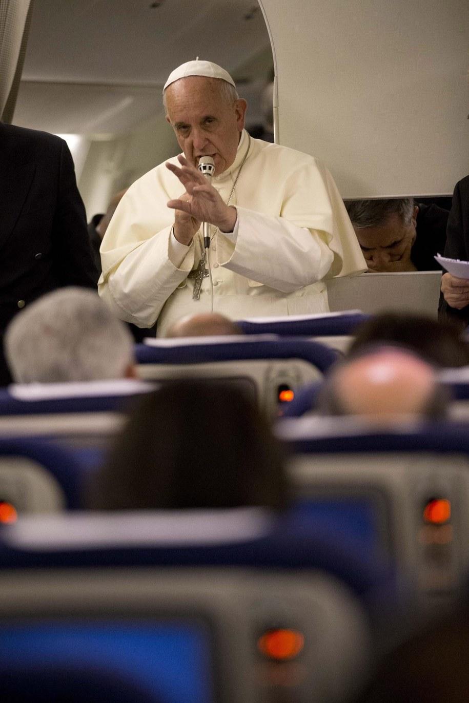 Franciszek rozmawia z dziennikarzami na pokładzie samolotu /ANDREW MEDICHINI/POOL /PAP/EPA