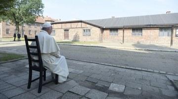 Franciszek w Auschwitz-Birkenau: Modlitwa w ciszy przed Ścianą Śmierci i ciemnej celi ojca Kolbego