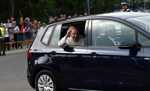 Franciszek w Krakowie: Zamiast limuzyny mały  Volkswagen Golf