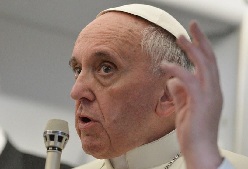 Franciszek w trakcie konferencji na pokładzie samolotu /PAP/EPA /PAP/EPA